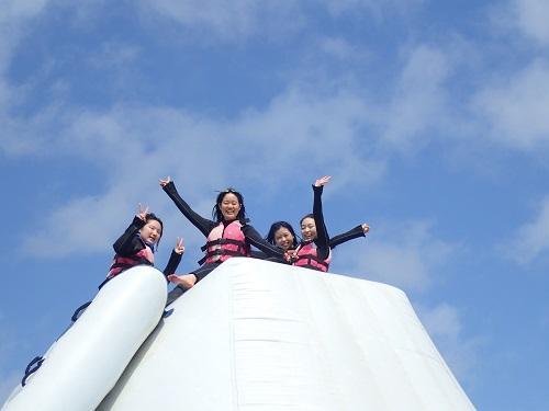 沖縄のマリンスポーツで飛ぶ・滑るが楽しめる海上アスレチックが楽しい!海上アスレチックするなら北谷がおすすめ♪