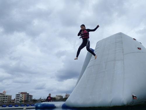 沖縄のマリンスポーツはウエットスーツを無料レンタルで寒さの気になる方も安心!?