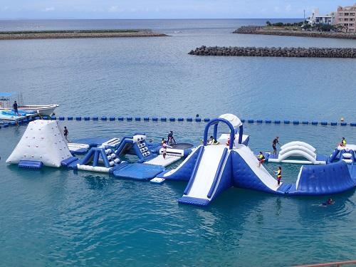 沖縄のマリンスポーツで人気の『海上アスレチック』が年中遊べる!?北谷の『シーパーク北谷』のみ♪