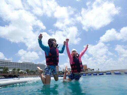 沖縄、北谷の海上アスレチックは冬でも営業中!2.3月も海が楽しめる!