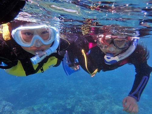 沖縄、秘密のビーチでシュノーケリング