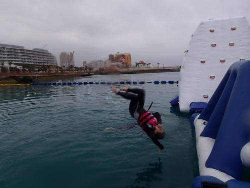 子供も大人も楽しめる海上アスレチック@シーパーク北谷
