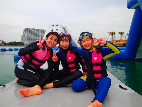 沖縄なら年中海で遊べる!冬の海を快適に過ごせる「ウェットスーツ」について@シーパーク北谷