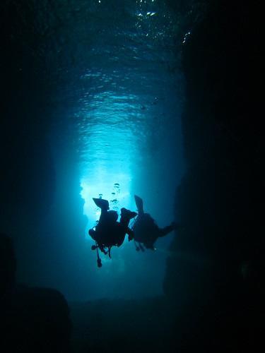 沖縄神秘的な海中洞窟