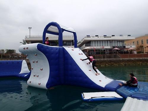 沖縄で人気の海上アスレチック@シーパーク北谷