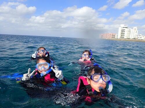 親子で『ボートシュノーケリング』!沖縄本島屈指のサンゴポイントをご案内@沖縄シーパーク北谷