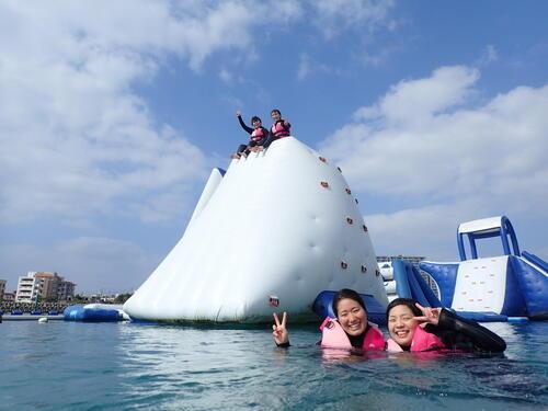 家族旅行、学生旅行の団体にもおすすめのマリンアクテビティ!北谷の海で遊ぼう!