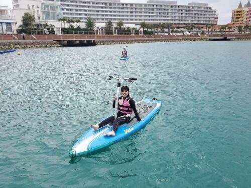 水面散歩気分で楽しめる?新感覚『足漕ぎサップ』沖縄シーパーク北谷