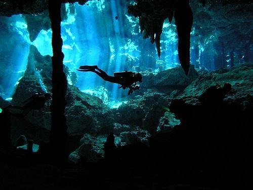沖縄神秘的な水中洞窟