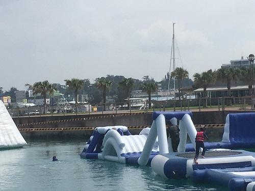 沖縄の梅雨時期は北谷でマリンスポーツを!海上アスレチック