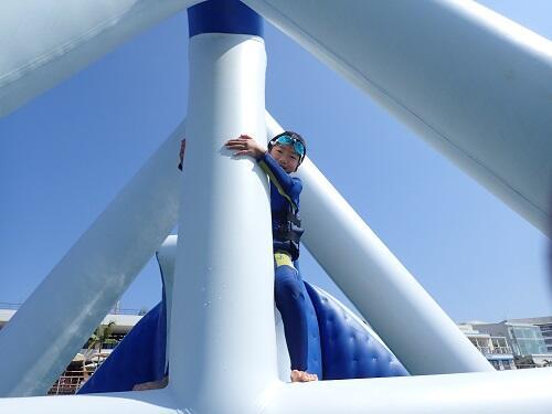 沖縄の開放的な海で1時間遊び放題!?人気の海上アスレチックは那覇空港から一番近い「シーパーク北谷」へ