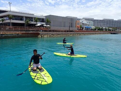新感覚の『SUP・サップ』を沖縄の北谷で体験!お得にマリンスポーツ&海遊びはシーパーク北谷へ!