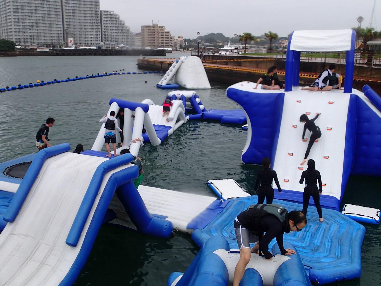 沖縄の北谷町で海上アスレチック開催中!
