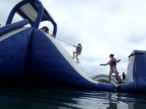 雨の日でも楽しめる!沖縄で海上アスレチックを@シーパーク北谷
