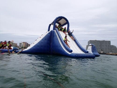 沖縄で人気の高いアクティビティ『海上アスレチック』