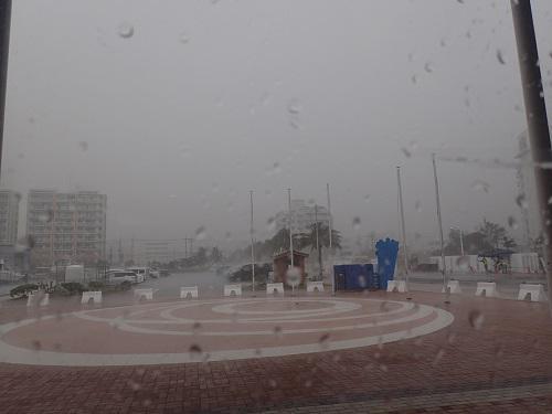 台風は突然に。沖縄恵みの雨、台風13号、ハト、台湾へ、海上時化、雨雲、集中豪雨、スコール、マリンアクティビティ、中止.JPG