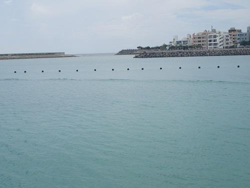 北谷町フィッシャリーナで人口サーフを楽しもう、ボートチャーター、引き波、スタンドアップパドル、波、海遊び、台風、沖縄.JPG