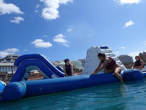 日中は暑い沖縄!気分爽快に思い切り海上アスレチックで飛び込みませんか♪