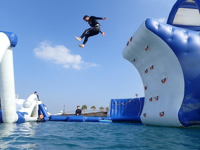 沖縄 マリンスポーツ 海上アスレチック