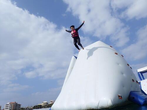 冬休みの沖縄旅行は海上アスレチックがオススメ!シーパーク北谷は年中開催!