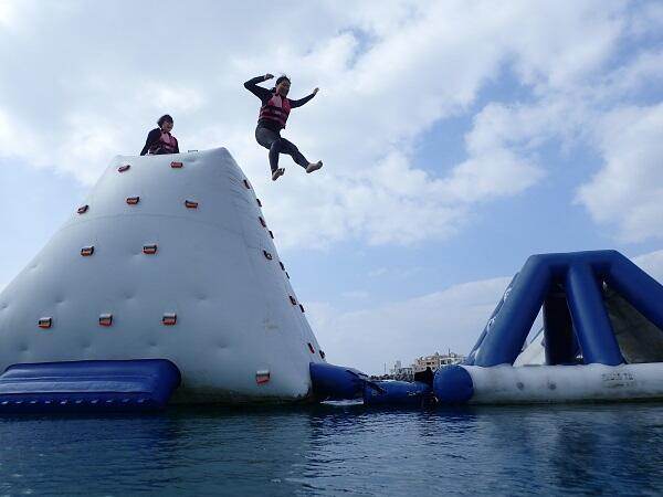 沖縄のマリンスポーツはいつから?毎日開催していますよ!海上アスレチック@シーパーク北谷