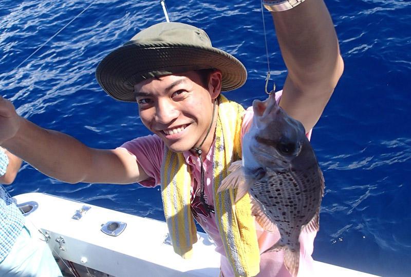 透明度の高い沖縄の海で貸切レジャーフィッシング