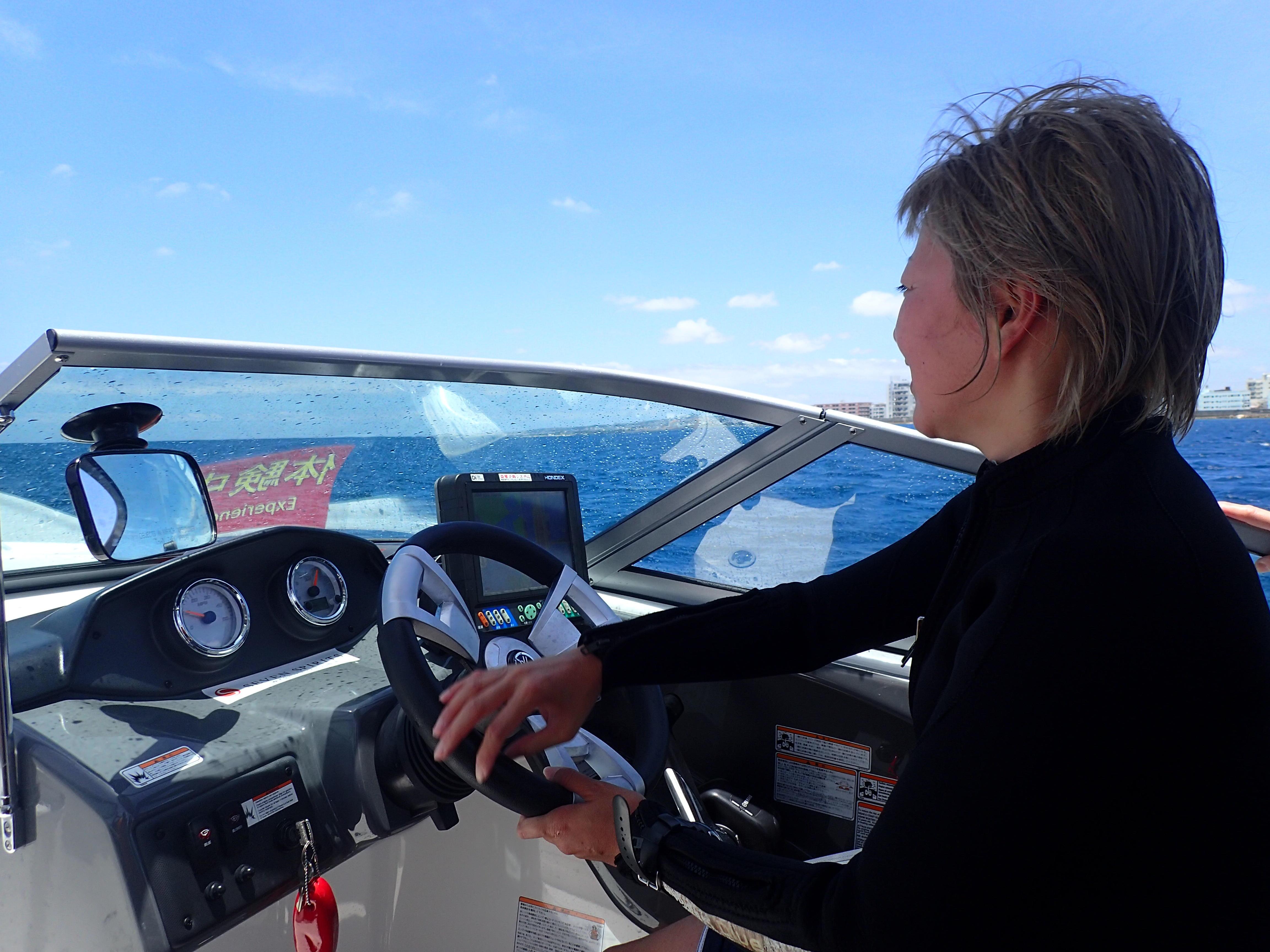 女性やお子様でもすぐに操船体験(船長体験)ができます!免許がなくても大丈夫。
