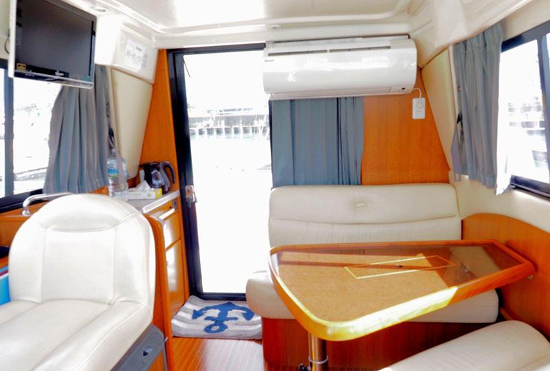 船内には水洗トイレ・クーラー・冷蔵庫・テレビ・DVD・簡易ベット完備。