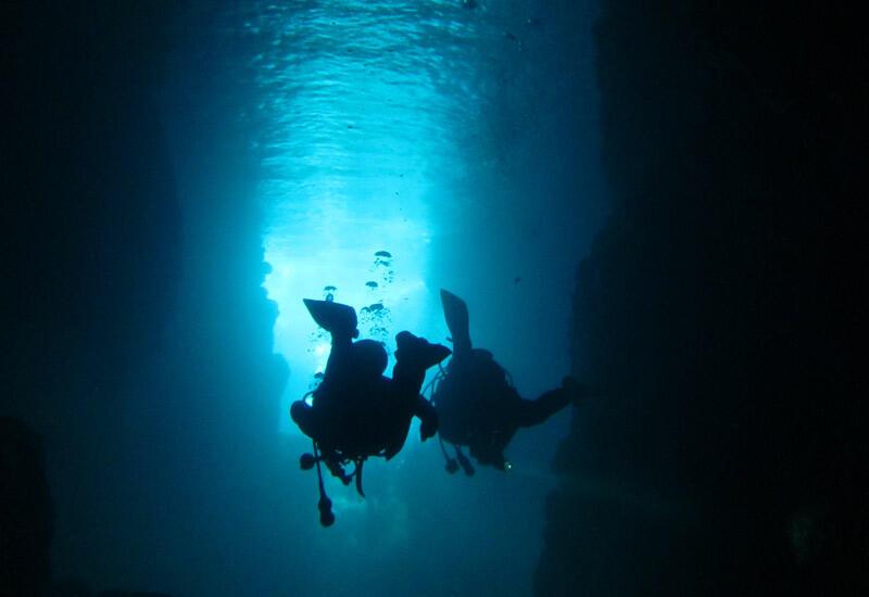 洞窟の中は一面が青色の世界