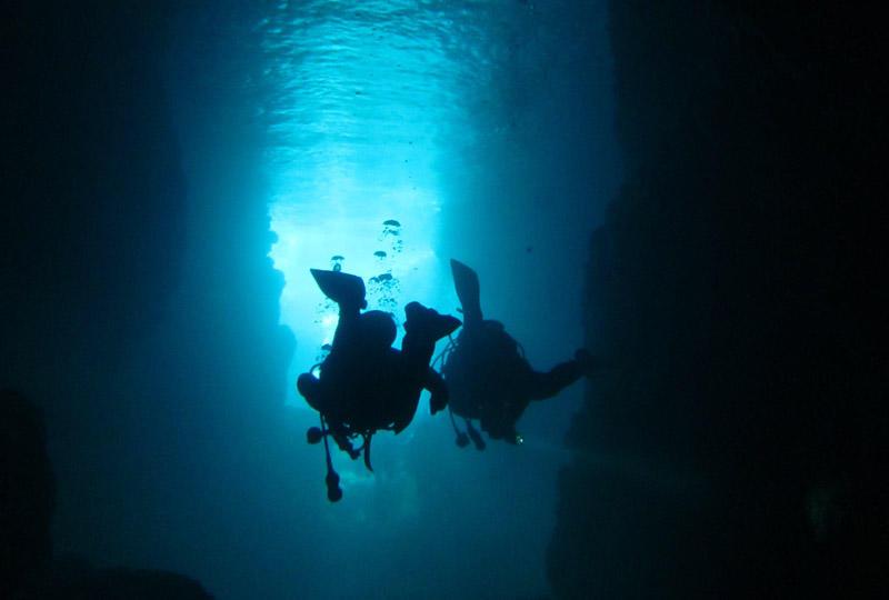 恩納村真栄田岬周辺や青の洞窟でのダイビング
