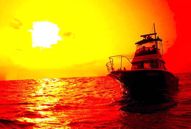 オレンジ色に染まった空と海面に照らされた夕日がゆっくりと幻想的に沈んでいきます。