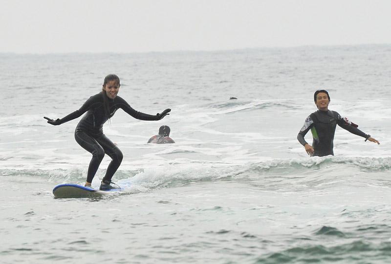 沖縄で初めてのテイクオフ!体験サーフィンスクール